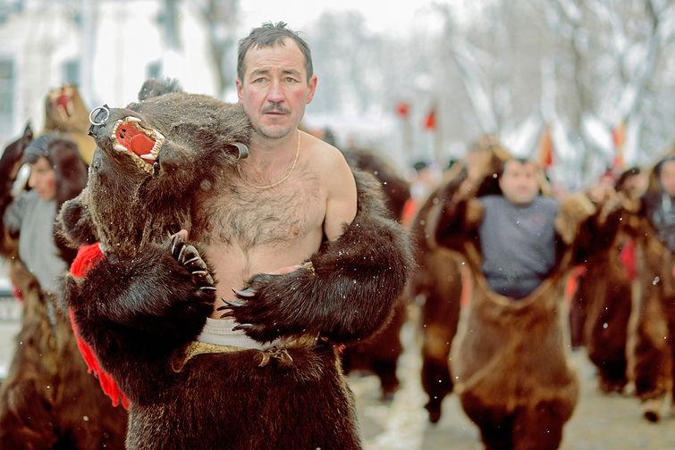 Hombres Osos en una fiesta tradicional en Rusia